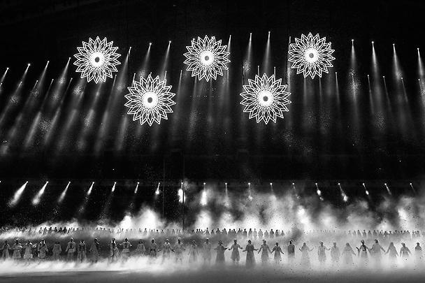 Пять гигантских снежинок по задумке организаторов должны были превратиться в олимпийские кольца