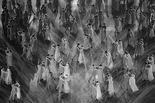 Первый бал Наташи Ростовой – одна из самых известных сцен романа Льва Толстого «Война и мир» – также нашел отражение в церемонии. Артисты танцевали под музыку Евгения Доги из фильма «Мой ласковый и нежный зверь»