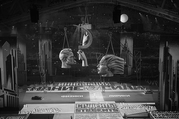 Макеты голов рабочего и колхозницы одноименной скульптуры Веры Мухиной в натуральную величину – часть главы церемонии, посвященной соцстройкам