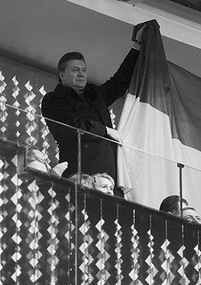 Президент Украины Виктор Янукович приветствует своих спортсменов национальным флагом
