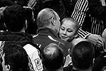 Президент России Владимир Путин лично поздравил российских фигуристов, ставших победителями командного турнира и завоевавших первую для страны золотую медаль на Олимпийских играх в Сочи. Всем спортсменам Путин пожал руки, а юную звезду – самую молодую олимпийскую чемпионку – Юлию Липницкую погладил по голове и обнял(фото: Reuters)