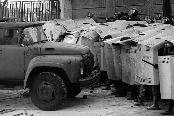 Силовики не смогли провезти пожарный КамАЗ в направлении Верховной рады со стороны станции метро «Арсенальная» – им помешали баррикады, выстроенные радикалами