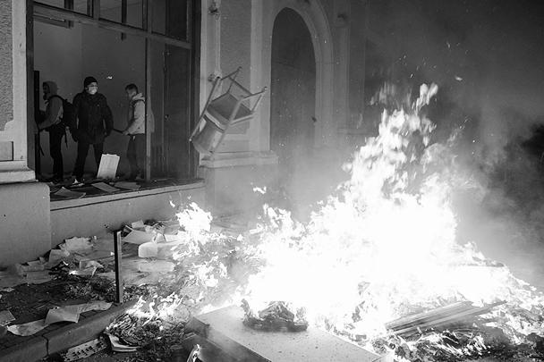 В течение всего вторника в центре Киева, в разных местах и на разных улицах, продолжалось жестокое противостояние между милицией и протестующими. А также между активистами Майдана и представителями провластного митинга в Мариинском парке. В ход шли не только газовые гранаты и резиновые пули, но и огнестрельное оружие