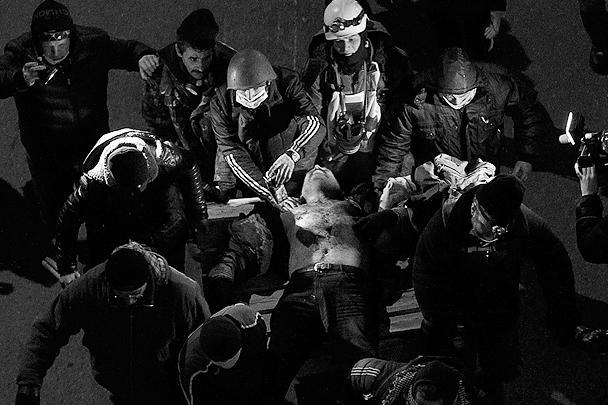 Умирали люди на улицах украинской столицы по-разному. По сообщениям местных СМИ, один человек задохнулся в дыму в подожженном протестующими офисе Партии регионов, несколько человек умерли от огнестрельных ранений, несколько – просто от ранений, были случаи смертей от сердечных приступов