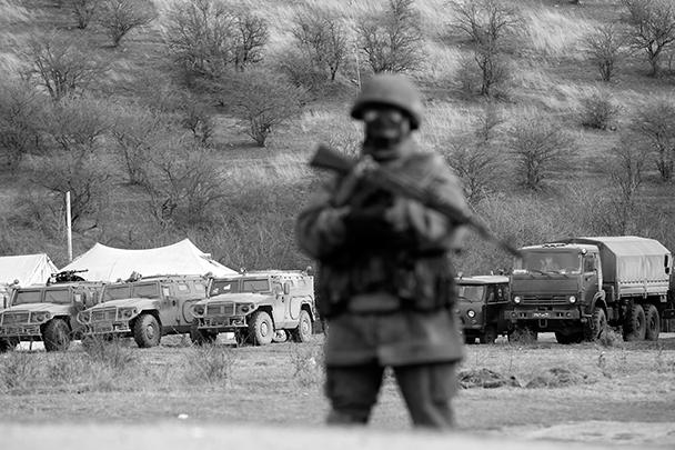 По данным очевидцев, отряды самообороны Крыма блокируют воинскую часть в селе Перевальное под Симферополем