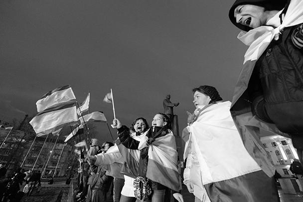 Сообщение о том, что референдум о статусе Крыма состоялся, было встречено ликованием жителей Симферополя