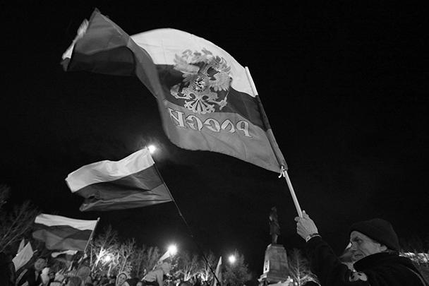 После обращения лидеров Крыма к собравшимся на площади прозвучал российский гимн