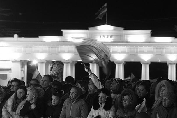 Над площадью развевалось бесчисленное количество российских триколоров и флагов Крыма
