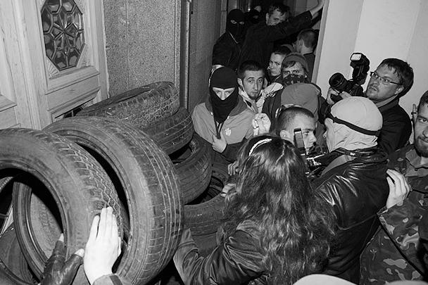 Пока рядовые активисты пускали в ход излюбленное «оружие» Майдана – автомобильные покрышки, устроители акции кричали в мегафон: «Мы подождем переговорщиков от Верховной рады, депутатов, но нам не подходит отставка Авакова, а нужен его трибунал!»