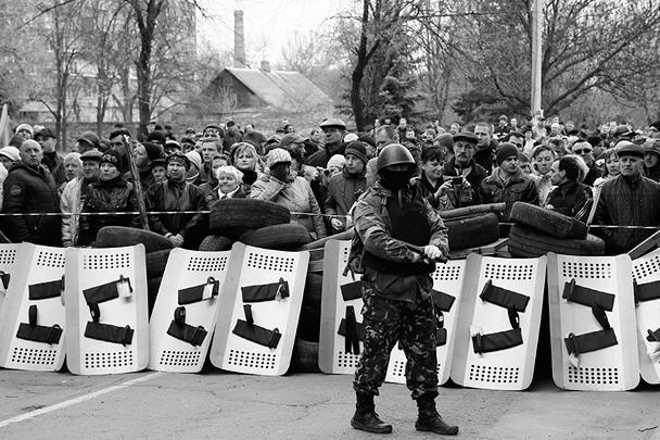 «Участникам проходившего в городе митинга (около 500 человек) эти люди предложили вооружаться захваченным в милиции оружием, чем те сейчас и занимаются, – утверждала пресс-служба Донецкого управления МВД Украины. – Эта же инициативная группа вооруженных людей захватила в Славянске административное здание СБУ»