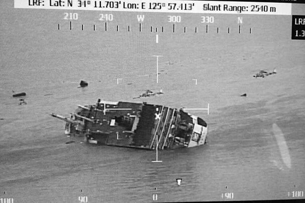 К месту происшествия были направлены семь аварийных судов и один вертолет. Президент Южной Кореи Пак Кын Хе распорядилась мобилизовать все доступные средства в районе инцидента