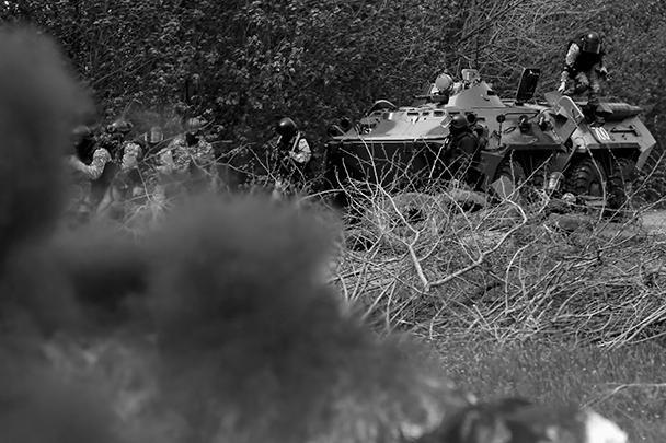 По информации местных СМИ, ополченцы прочесывают близлежащую лесополосу в поисках украинских силовиков (на фото). По некоторым данным, бронетехника силовиков отведена, но сами военные могли рассредоточиться поблизости от блокпоста
