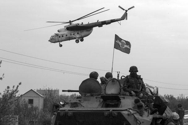 С раннего утра над городом кружило не менее двух десятков армейских вертолетов. Несколько часов спустя стали поступать сообщения о том, что две (а как выяснилось позже, три) боевых машины были сбиты ополченцами. Командир городской самообороны Игорь Стрелков сообщил, что два первых вертолета подбили из ПТУРов (противотанковых управляемых ракет), третий – из гранатомета РПГ
