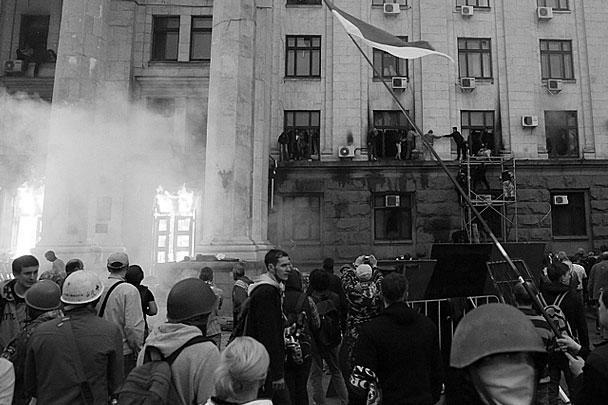 Здание областного Дома профсоюзов, где укрылись сторонники федерализации страны, было подожжено боевиками «Правого сектора»