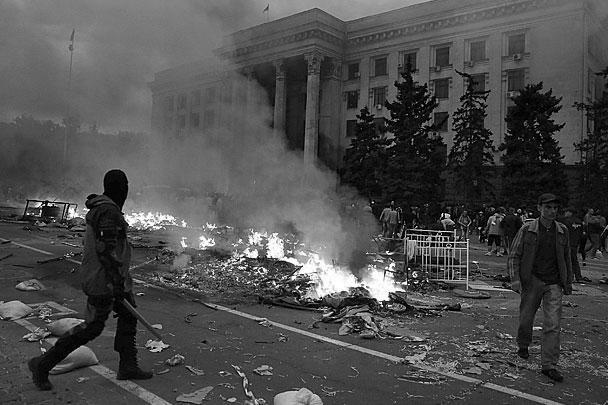 Первым делом радикалы сожгли палатки на площади Куликово поле. Там шел сбор подписей за проведение референдума о федерализации страны и государственного статуса русского языка