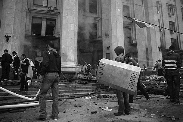 Беспорядки в Одессе начались днем в пятницу с массовой потасовки на Греческой улице. Ее зачинщиками стали приехавшие из Харькова футбольные болельщики, радикалы «Правого сектора» и «Самообороны» из Киева
