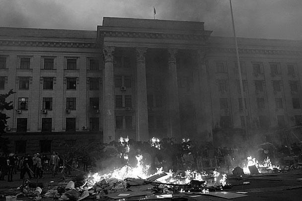 После уничтожения палаточного городка радикалы решили поджечь Дом профсоюзов, где укрылись противники новых властей