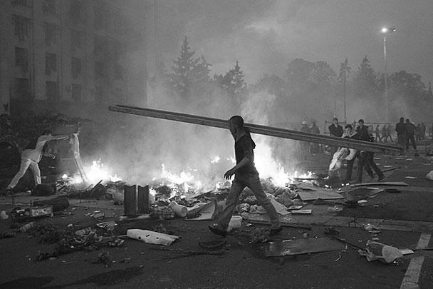 Пожар внутри здания и рядом с ним произошел от коктейлей Молотова, которые метали сторонники праворадикальных сил
