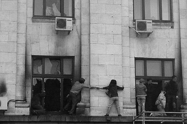 Чтобы спастись от удушья, находившиеся внутри здания люди спасались тем, что прыгали из окон