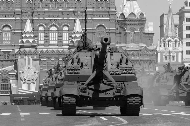 В составе механизированной колонны прошли бронеавтомобили «Тигр», бронетранспортеры БТР-82А, бронеавтомобили повышенной прочности «Тайфун», танки Т-90А, многоцелевые ракетные комплексы «Хризантема-С», самоходные гаубицы «Мста-С», зенитные ракетные комплексы «Бук-М2» и «Тор-М2У», ракетно-пушечные «Панцирь-С1» и другие