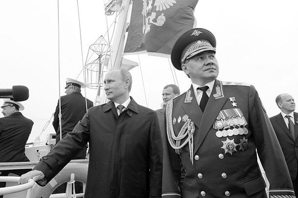 Владимир Путин и министр обороны Сергей Шойгу во время военного парада