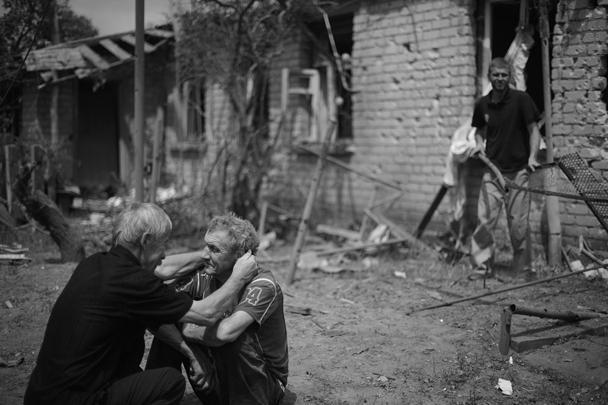 Владимир Иногородцев добавил, что погибли по меньшей мере 10 человек, тела пяти погибших уже опознаны, одной из жертв авианалета стал ребенок – девочка 5-7 лет