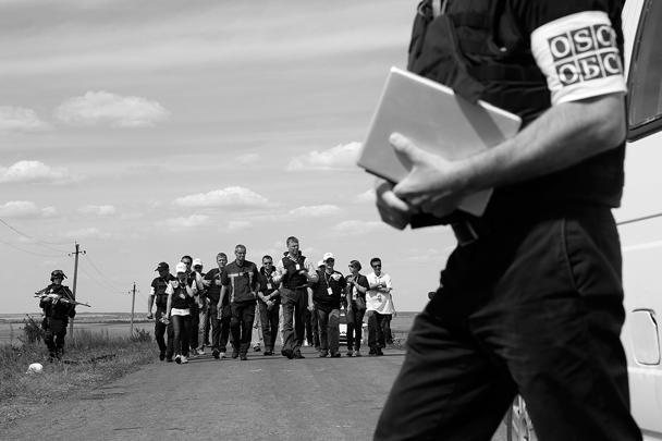 Во вторник, 22 июля, к голландским коллегам присоединятся малайзийские эксперты, об этом сообщил глава министерства транспорта Малайзии Лиоу Тионг Лай. Он отметил, что визит трех экспертов стал возможен после переговоров с ОБСЕ и командованием ополченцев. Ранее премьер-министр Донецкой народной республики (ДНР) Александр Бородай заявил, что приезд группы малайзийских экспертов для расследования обстоятельств авиакатастрофы задерживается из-за ведущихся в районе Донецка боевых действий.