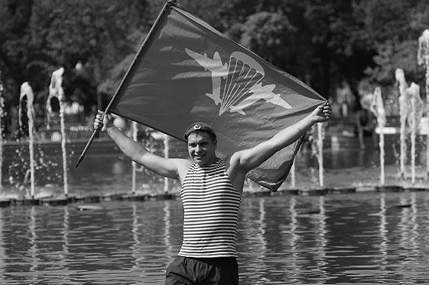 Традиционная забава в День ВДВ – купание в фонтанах в парке Горького