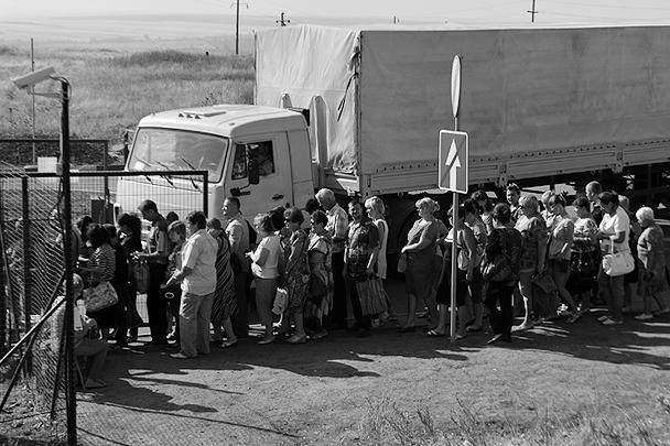 Российские грузовики пересекают КПП «Донецк» в направлении к дому