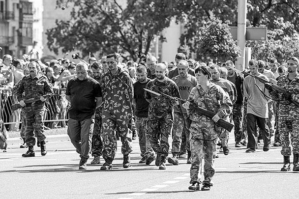Напомним, еще в четверг замминистра обороны ДНР по разведке с позывным «Плохой Солдат» предложил провести пленных силовиков в День независимости Украины «по центральным улицам Донецка, как немцев по Москве»