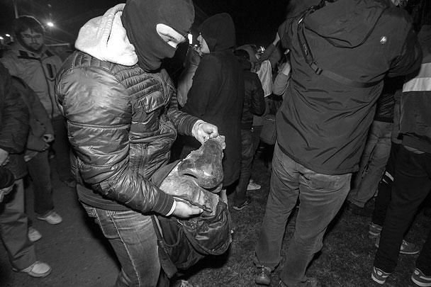 По старой украинской традиции, штурмовики и протестующие не показывают свои лица