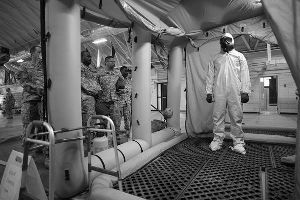 Солдат из 101-й американской воздушно-десантной дивизии проходит процесс обеззараживания перед тем, как отправиться в Западную Африку на борьбу с лихорадкой