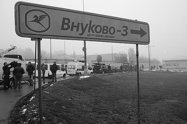 Более 150 человек занимаются ликвидацией последствий крушения самолета Falcon-50 в аэропорту Внуково