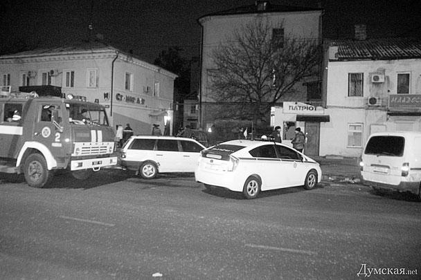 Следователи и криминалисты продолжают работать на месте преступления. О том, кто мог произвести взрыв, пока не сообщается