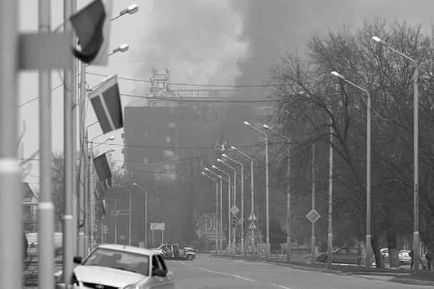 В целом, по словам Кадырова, обстановка на улицах Грозного сейчас спокойная. Он посетовал на то, что проезжающие машины мешают проведению спецоперации, но полностью запрещать их движение не планируется