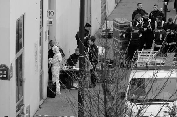 На месте теракта работают группы спасателей и следователей