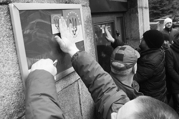 «Айдар» – один из многочисленных «именных» батальонов украинских силовиков, задействованных в боевых действиях на юго-востоке страны. Был создан в мае 2014 года, в него вошли активисты самообороны Майдана. Радикальная организация «Правый сектор» также укомплектовала его своими боевиками. Финансировал батальон олигарх и губернатор Днепропетровской области Игорь Коломойский, против которого в России возбуждено уголовное дело по статье «Применение запрещенных средств и методов ведения войны». Правозащитная организация Amnesty International ранее обвинила представителей батальона в военных преступлениях. По данным представителя Human Rights Watch, правительство Украины проводит расследование преступлений бойцов «Айдара»