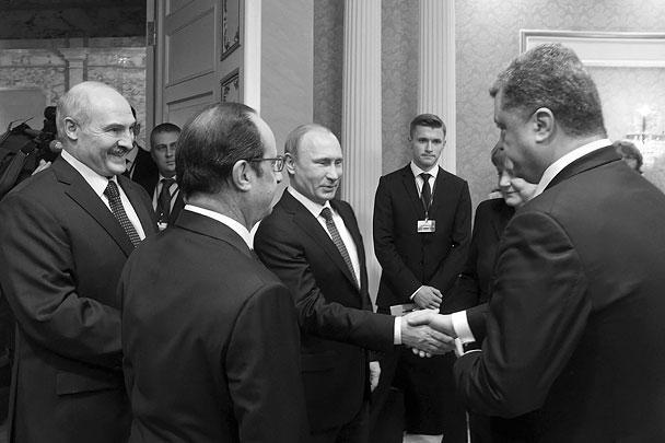 ...то с Владимиром Путиным Порошенко лишь обменялся рукопожатиями. Причем, судя по видеозаписи, опубликованной позже каналом «Россия-1», после рукопожатия Путин вытер руки