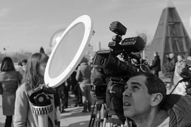 С интересом за затмением наблюдали в Москве (на фото), но не только. Наибольшая фаза на территории России пришлась на Мурманск и составила 0,87, то есть 87% солнечного диска закрыла лунная тень в этом городе
