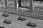 Подлинной «звездой парада» Agence France-Presse называет новейший российский танк «Армата». Французское агентство отмечает, что специалисты считают его «самым мощным штурмовым танком в мире». «Этот первый танк, разработанный Россией после распада СССР», – подчеркивает агентство(фото: Антон Денисов/РИА «Новости»)