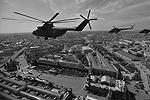 Над Красной площадью появились вертолеты – на высоте примерно 150 метров со скоростью 200 км в час. Группу этих машин возглавлял самый большой в мире военно-транспортный вертолет Ми-26 (фото: )