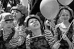 Около 500 детей в возрасте от четырех до десяти лет приняли участие в параде «детских войск», организованном под эгидой командующего войсками Южного военного округа в Ростове-на-Дону. Каждое «подразделение» парадного расчета продемонстрировало свое знамя, девиз и песню(фото: Валерий Матыцин/ТАСС)
