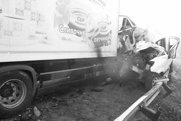 В результате лобового столкновения автобуса и грузовика погибли двое взрослых и 12-летняя девочка