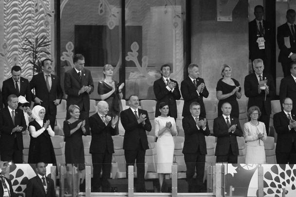 Почетные места рядом с четой Алиевых на мероприятии заняли президент России Владимир Путин, князь Монако Альбер II, а также президент Турции Реджеп Тайип Эрдоган с супругой Эмине
