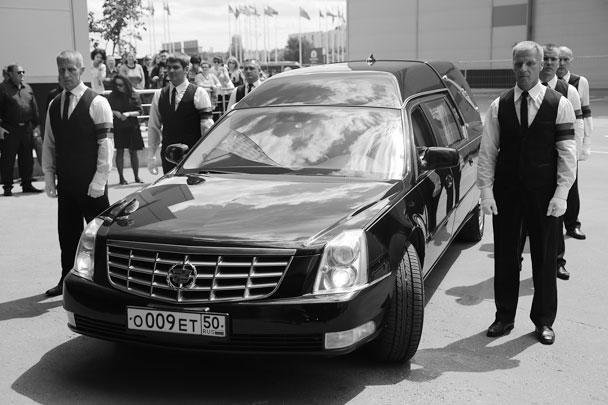Катафалк с телом певицы Жанны Фриске перед церемонией прощания