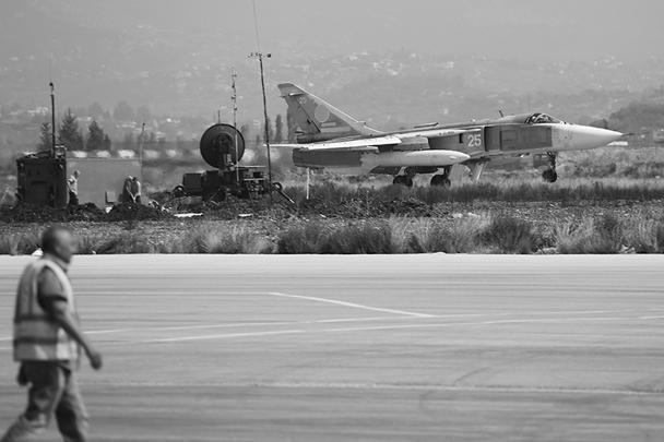 Фронтовой бомбардировщик Су-24М способен поражать наземные и надводные цели в любых метеоусловиях днем и ночью, в том числе с малых высот при ручном и автоматическом управлении