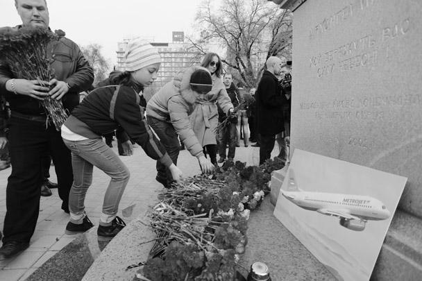 Поддержать людей в их горе стараются и в украинском городе Донецке. Тут жители также несут цветы и свечи к памятнику в центре города