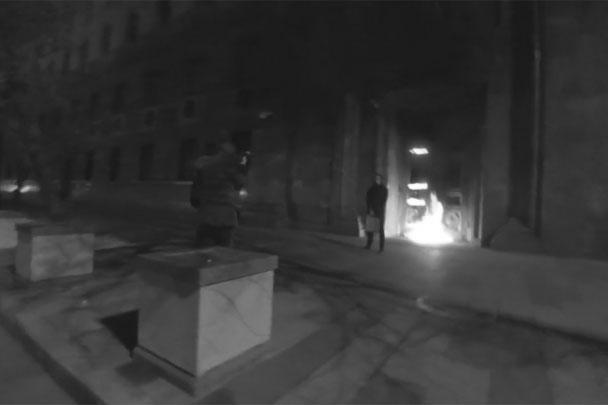 Когда Павленский зажег огонь, он не скрылся с места происшествия, а остался ждать