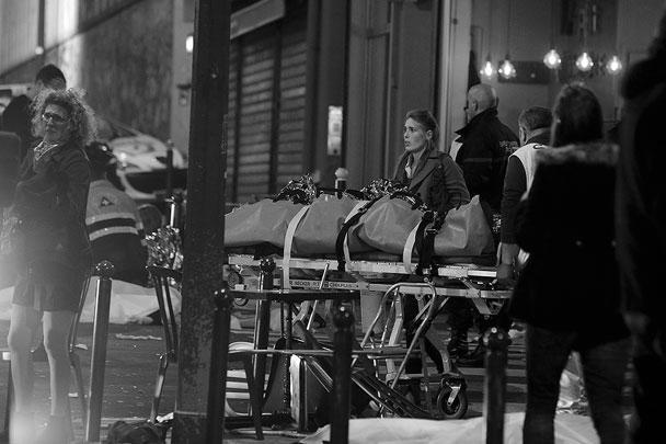Несколько посетителей ресторанов погибли, когда нападавшие стали расстреливать их с улицы