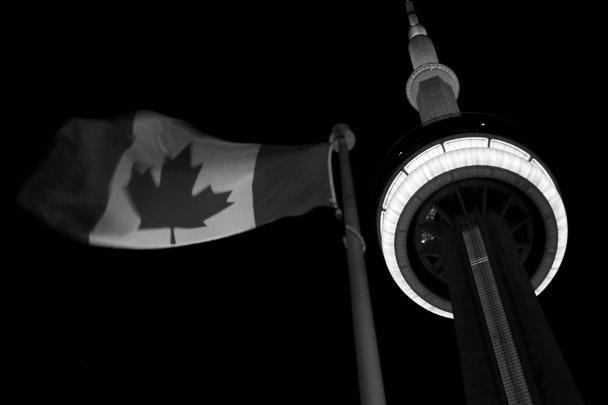 Телебашню в Торонто подсветили цветами флага Франции в знак солидарности